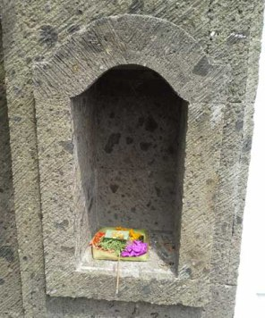 Offering to good spirits placed in a niche